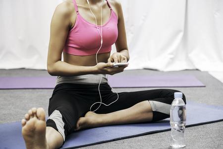 escuchar: Cerca de la mujer usando a su tel�fono