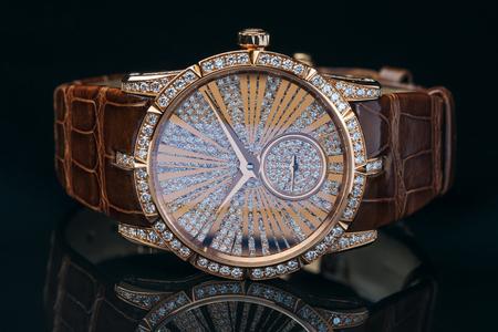 Montre dorée de luxe avec bracelet cuir décoré de diamants Banque d'images - 76996278