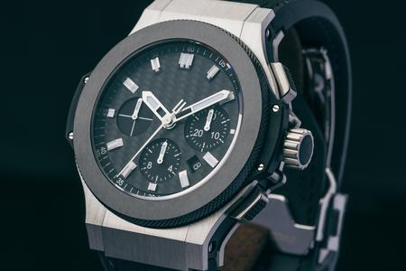 Une montre de luxe montrant un temps de 10:10 Banque d'images - 77312264