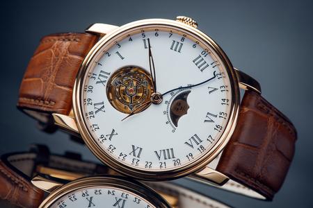 Un bracelet en cuir chromé de luxe en cuir rouge avec bracelet en cuir rouge Banque d'images - 77312265