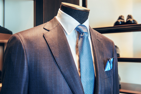 Un abito di lusso in set con cravatta blu