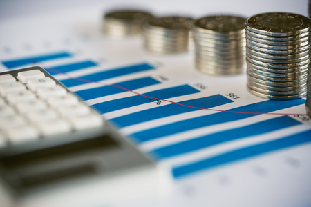 Pile de pièces de monnaie avec graphique à barres et calculatrice Banque d'images - 78231468