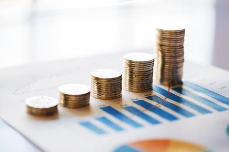 Pile de pièces de monnaie croissantes sur le graphique du bar Banque d'images - 78176362