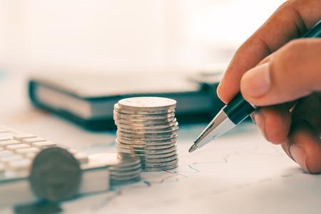 Concept d'analyse financière avec graphique linéaire Banque d'images - 78487891