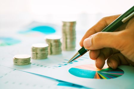 Notion de croissance financière avec des pièces et graphique Banque d'images - 78472839
