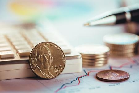 Tableau d'analyse avec pièces de monnaie américaines, calculatrice et stylo Banque d'images - 78487884