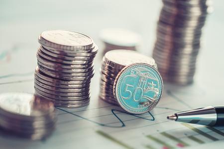 Concept de l & # 39 ; investissement financière avec des pièces et des pièces de monnaie d Banque d'images - 79153284