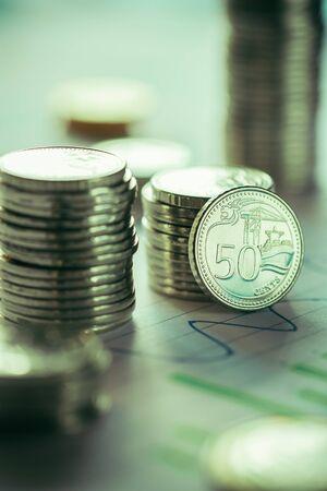 Finanzgeschäftskonzept mit dem Stapeln von Münzen und von Geschäftsdiagramm Standard-Bild - 79153282