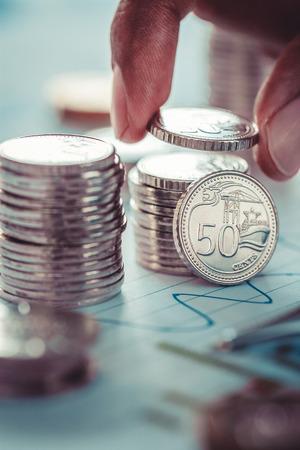 Concept d & # 39 ; entreprise financière avec des pièces de monnaie en expansion et graphique d Banque d'images - 79153288