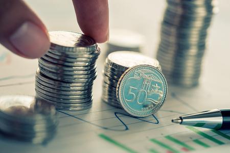 Concept d'investissement financier avec des pièces et graphique de l'entreprise Banque d'images - 79153291
