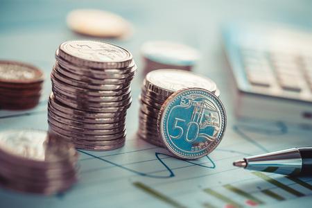 Concept d & # 39 ; entreprise financière avec des pièces de monnaie et des graphiques d & # 39 Banque d'images - 79153293