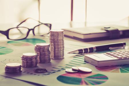 Concept d'analyse financière avec pièces de monnaie, graphique, calculatrice et lunettes Banque d'images - 79153295