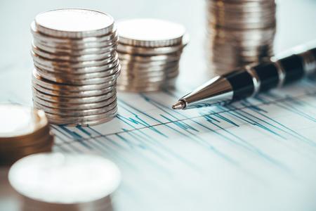 Concept de crise financière avec des pièces et stylo à bille Banque d'images - 80935931