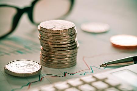 Concept d'écriture et d'analyse de la combinaison boursière avec des lunettes et des pièces de monnaie Banque d'images - 80935903