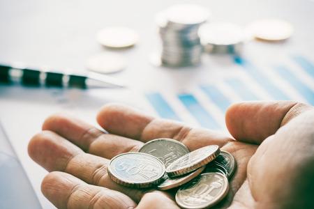 Une poignée d'argent sur le rapport financier Banque d'images - 81146544