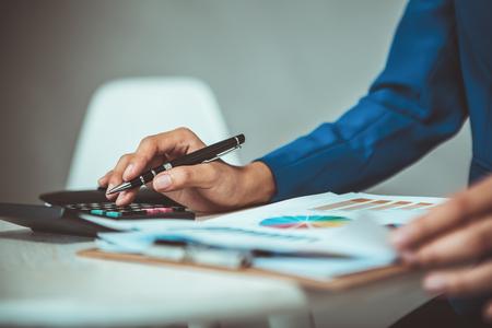 Geschäftsfrau , die im Büro arbeitet und Finanzdiagramm analysiert Standard-Bild - 83716137