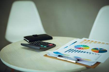 Rapport de document et calculatrice et ordinateur portable sur le bureau Banque d'images - 83716138