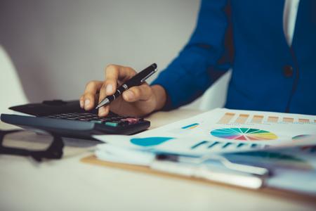 Femme analyse financière analyse rapport de données d & # 39 ; investissement Banque d'images - 83716140