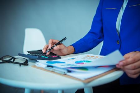 Femme analyse financière analyse rapport de données d & # 39 ; investissement Banque d'images - 83716144