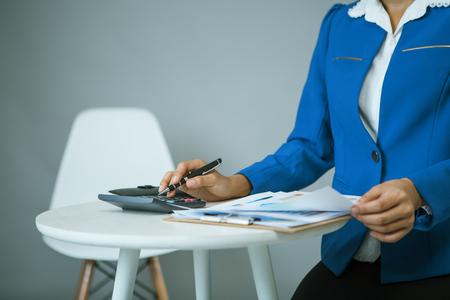 Businesswoman analyse graphique et documents graphiques sur un bureau Banque d'images - 83716145