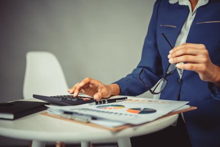 Business person calculer et analyse graphique financier Banque d'images - 83716146