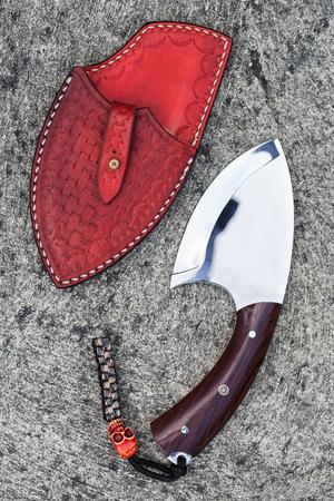 scabbard: Cuchillo de caza tailand�s con vaina de cuero sobre fondo de grunge de cemento
