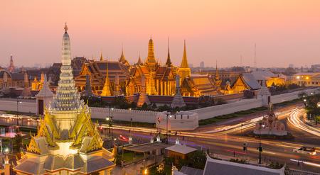 sien: Templo del Buda de Esmeralda, (Wat Phra Kaew) en la puesta del sol, Bangkok, Tailandia Editorial