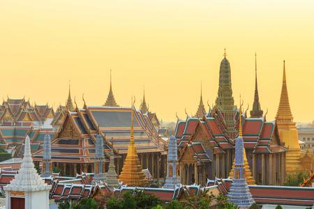 日没時間バンコクのエメラルド仏ワット ・ シーラッタナーサーサダーラームの寺