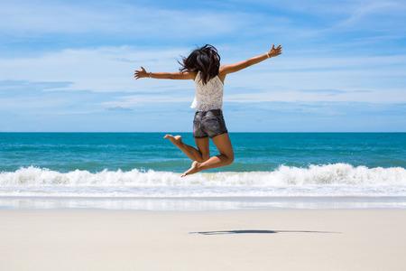 koh: Volver la vista de mujer de viajes asia saltando en la playa del mar en verano, Koh Samet, Tailandia Foto de archivo