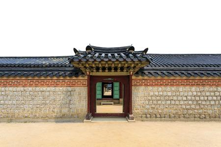 Tradicional puerta, pared y techo de estilo coreano sobre fondo blanco aislado en Corea del Sur
