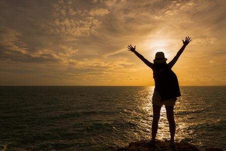 sunset: Viajero Mochila mujer asia de pie en el acantilado del mar en la puesta del sol, Koh Samet, Rayong, Tailandia
