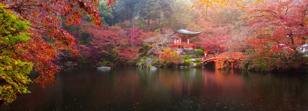 秋、京都の色鮮やかなカエデの木で醍醐寺のパノラマ ビュー