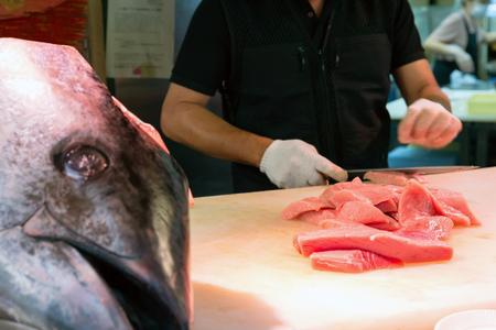 atun rojo: Chef de corte en el atún rojo en Kuromon Mercado, Osaka, Japón