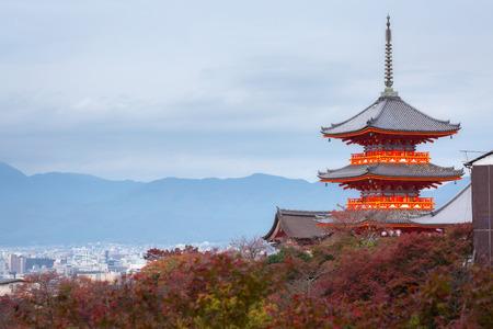 Kyoto city and red pagoda of Kiyomizu-dera Temple in autumn at Kyoto, Kansai, Japan 免版税图像