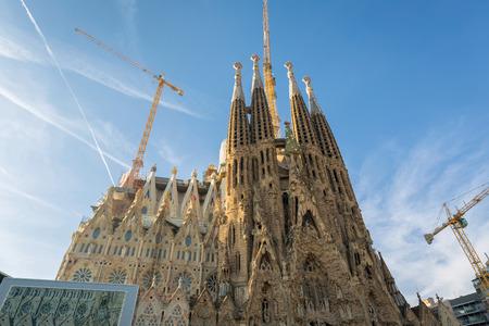 スペインのバルセロナ、2017 年 1 月 1 日: 一日の時間、バルセロナ, スペイン, アントニオ ・ ガウディによって設計された大規模なローマ カトリック