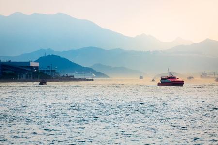 페리 보트가있는 홍콩 항구가 홍콩 - 마카오 간을 통과합니다.