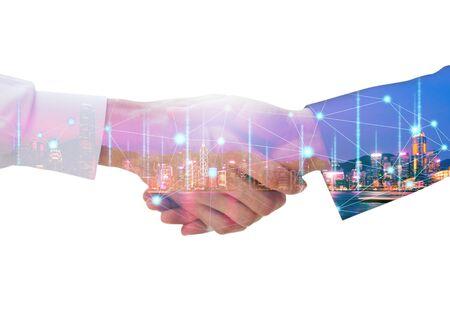 Concept de technologie de travail d'équipe professionnel et de connexion réseau, Double exposition d'une poignée de main d'homme d'affaires arabe à son partenaire commercial avec un graphique numérique sur fond de nuit de la ville lors d'une réunion Banque d'images