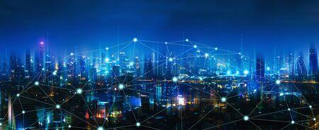 Drahtloses Netzwerk- und Verbindungstechnologiekonzept mit Bangkok-Stadthintergrund nachts in Thailand, Panoramablick Standard-Bild