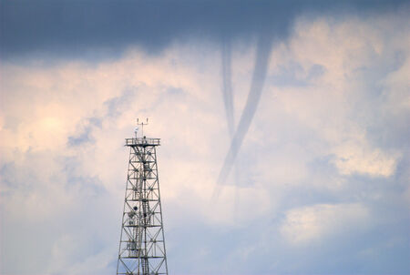 waterspout: Due trombe marine che cadono dalle nuvole scure