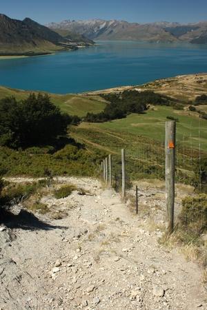 tramping: pista pisadas sobre el lago Hawea, Nueva Zelanda
