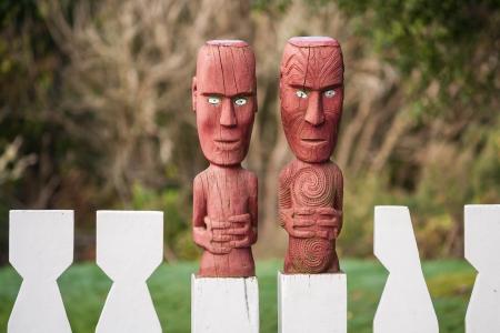 maories: valla de madera con talla maor� Foto de archivo