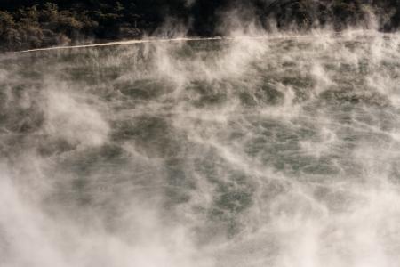 evaporarse: vapores de un lago volc�nico de Waimangu Foto de archivo