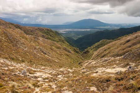 tongariro: nubes de tormenta reunir por encima del valle en el parque nacional de Tongariro