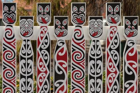 maories: valla con caras tradicionales maor�es