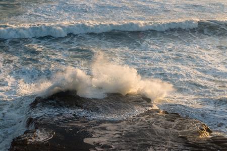 olas de mar: vista a�rea de las olas del mar rompiendo en las rocas