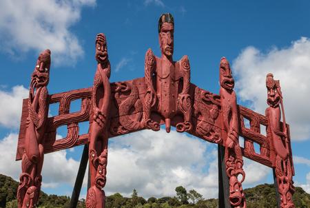 maories: tallada t�tem maor� en Paihia, Nueva Zelanda