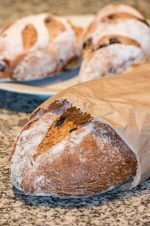 bolsa de pan: pan artesanal en bolsa de papel Foto de archivo