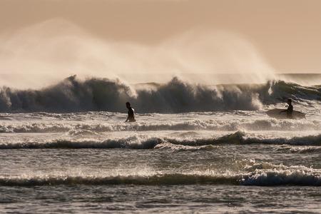 granola: surfistas en espera de olas grandes