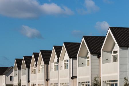青い空と白い家並み