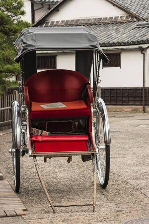 rikscha: leer Rikscha auf der Straße in Japan geparkt